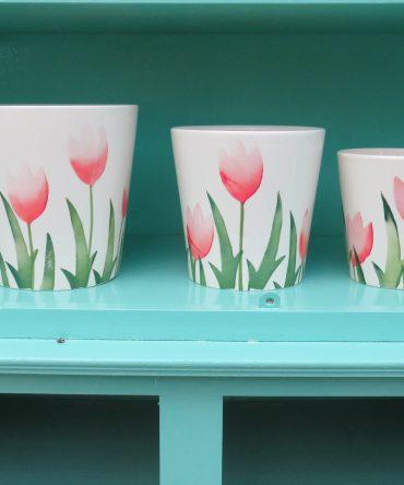 Bloempot/ Vaas met rode tulpen